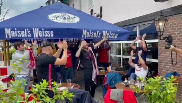 Fans des FC Sevilla feiern im Kaufhof