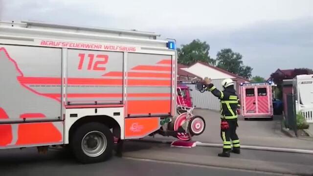 Einsatzkräfte der Feuerwehr löschen Brand in Medya-Kebab-Grill in Mörse