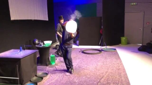 Seifenblasenkuenstler Paris Bubbles im Phaeno