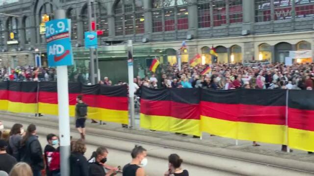 Demonstranten beider Lager standen sich am Hauptbahnhof gegenüber