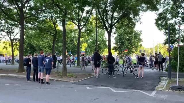 Ein kleine Gruppe an Pegida-Gegnern formierte sich unweit des Rathauses