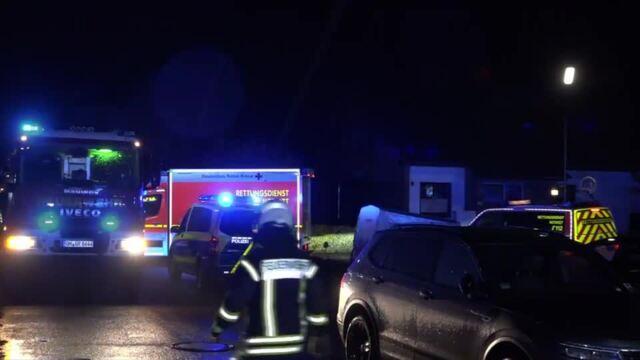 Horrorcrash: Mutter und Kind rasen mit Auto ins Haus
