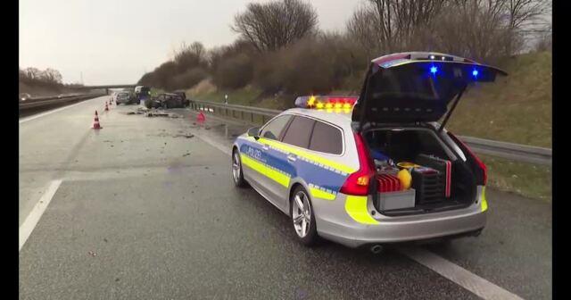 Heftige Hagelschauer in MV: Auto brennt auf A 20 nach Unfall aus (Video: Stefan Tretropp, 13.3.2021)