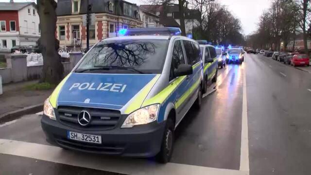 """Die """"Freiheitsfahrer Lübeck"""" demonstrierten erneut mit einem Autokorso gegen die Corona-Regen in Lübeck. Aktivisten von La Rage riefen zum Gegenprotest auf. Video: Mopics"""