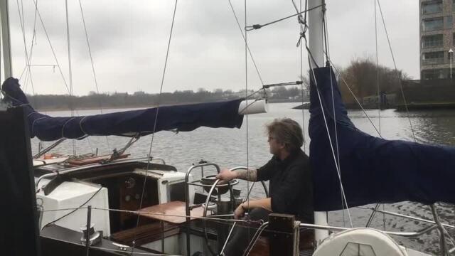 Rostocker lebt auf Segelboot im Hafen