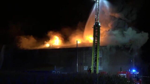 Großfeuer zerstört Bauernhof auf Fehmarn (Video: arj / 02.09.2021)