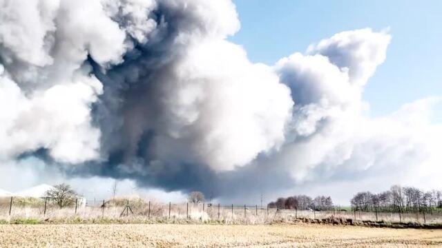 """Großbrand in Alt Tellin: Karsten Windmüller von der freiwilligen Feuerwehr Jarmen: """"Wir sind nicht sicher, ob wir die restlichen Ställe halten können"""""""