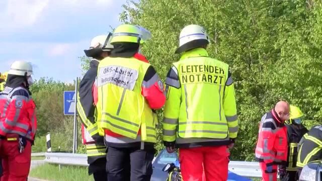 Bei einem Unfall auf der L226 zwischen Bad Oldesloe und Tralau sind fünf Menschen verletzt worden. Video: MOPICS