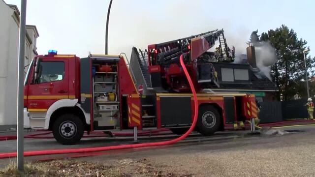 Lübeck: Dachstuhl brennt in Kücknitz (Video: Mopics)