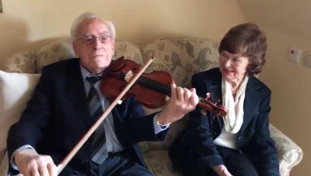 106-Jähriger Lübecker spielt ein Ständchen für seine neue Liebe