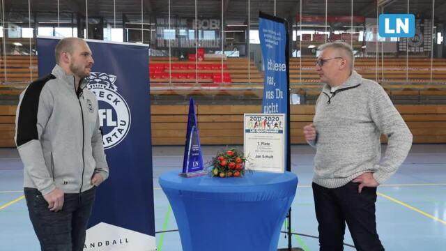LN-Sportredakteur Jens Kürbis ehrt und interviewt Jan Schult