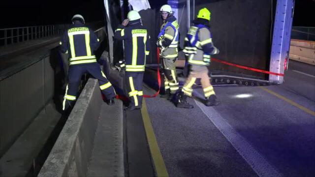 Sturm lässt Lkw auf Fehmarnsundbrücke umkippen