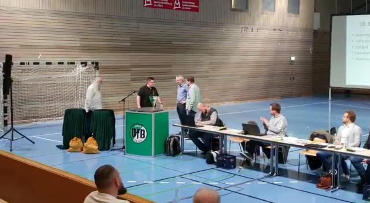 Präsente für Thomas Schikorra und Andreas Popien vom Fankreis zum Abschied