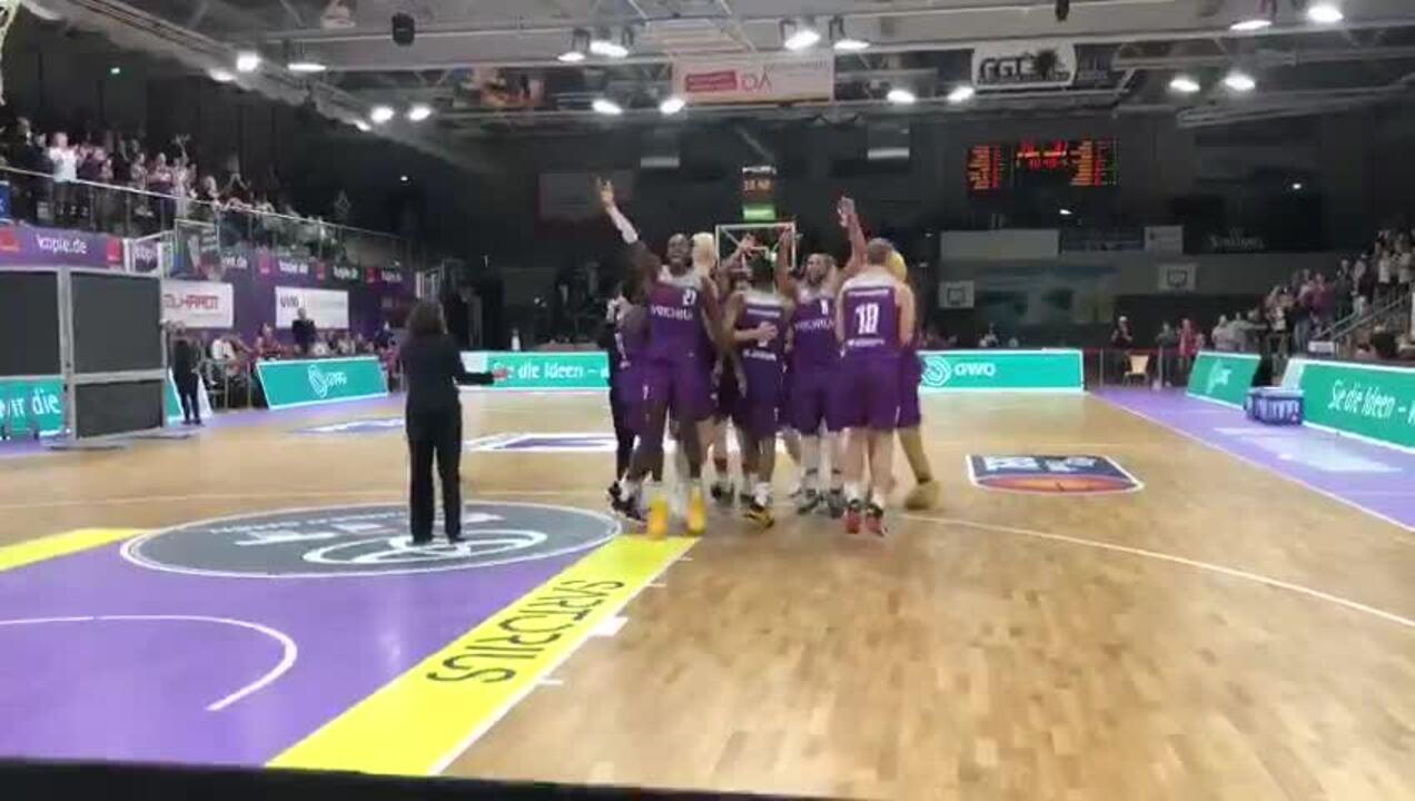 Die Veilchen feiern mit einer Humba den Sieg über Bonn