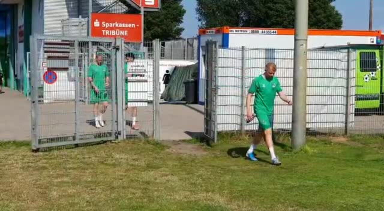 Die Spieler des VfB Lübeck betreten zum Auftakttraining am Montag den Rasen.