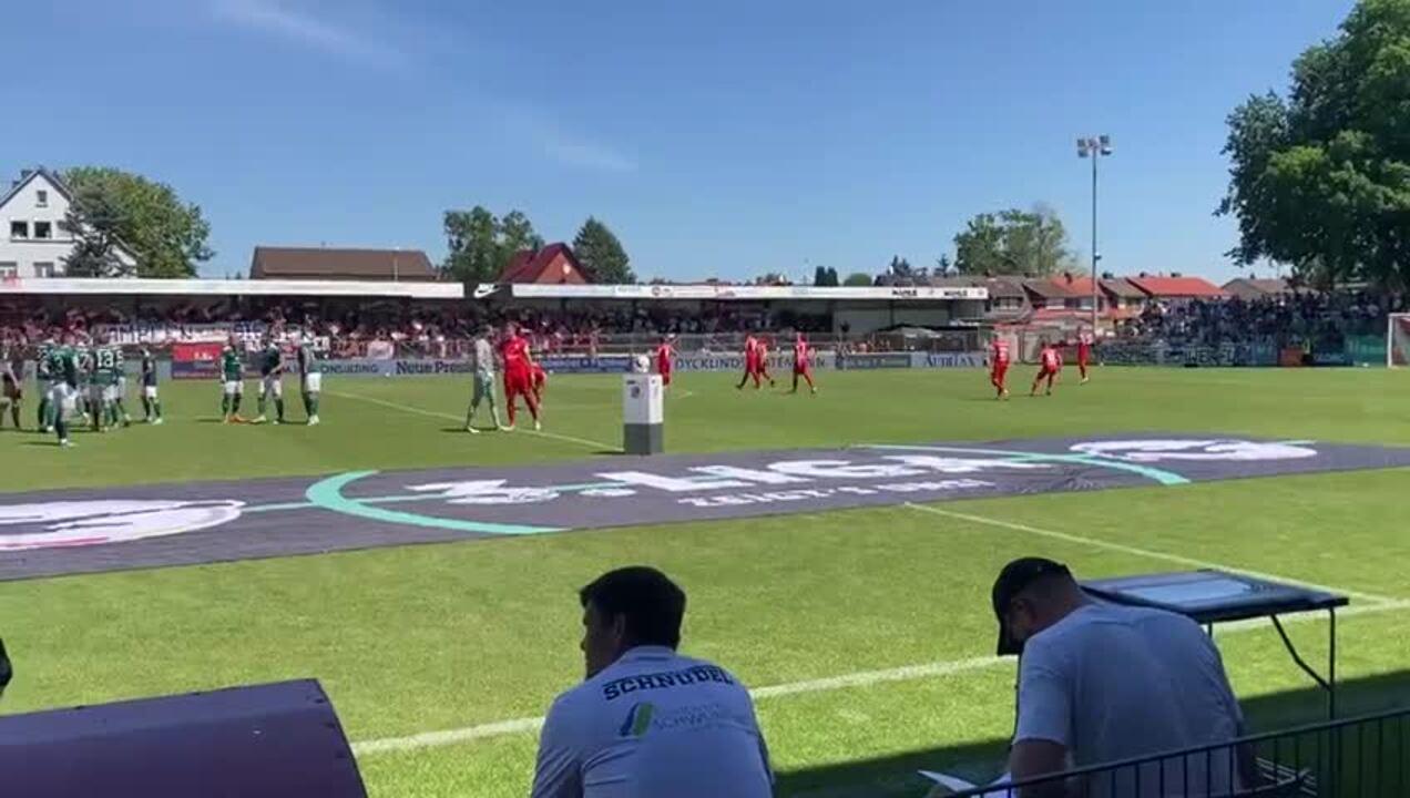 Bereit zum Anpfiff: Die Spieler des TSV Havelse laufen in das Wilhelm-Langrehr-Stadion ein