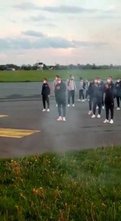 Die Holstein-Fans empfangen ihr Team auf dem Flughafen in Holtenau.