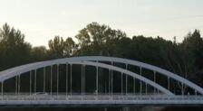 Un 'rider' salta sobre el puente de la Universidad