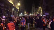 Manifestantes siguen frente a la Jefatura de la Policía en Barcelona
