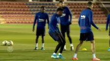 Setién juega los rondos junto a sus jugadores del Barça