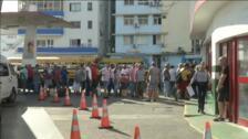 Colas interminables para conseguir combustible en Cuba tras las restricciones del gobierno