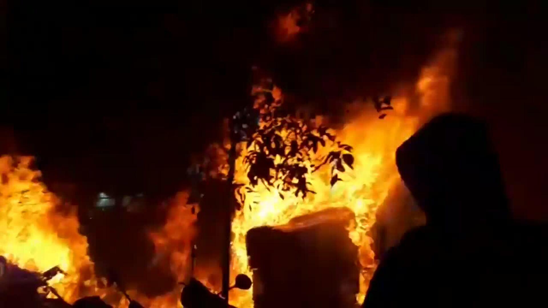 Arden hogueras y un contenedor en una protesta en Barcelona
