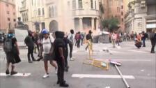 Primeras barricadas de fuego en el asedio a la sede de la Jefatura de la Policía Nacional en Via Laietana
