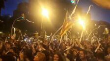 Los manifestantes en Barcelona lanzan papel de váter por los aires