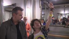 El hipnotista Jorge Astyaro realiza una demostración tras su show