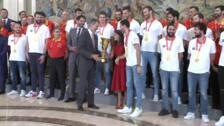 Los Reyes posan junto a la selección española de baloncesto