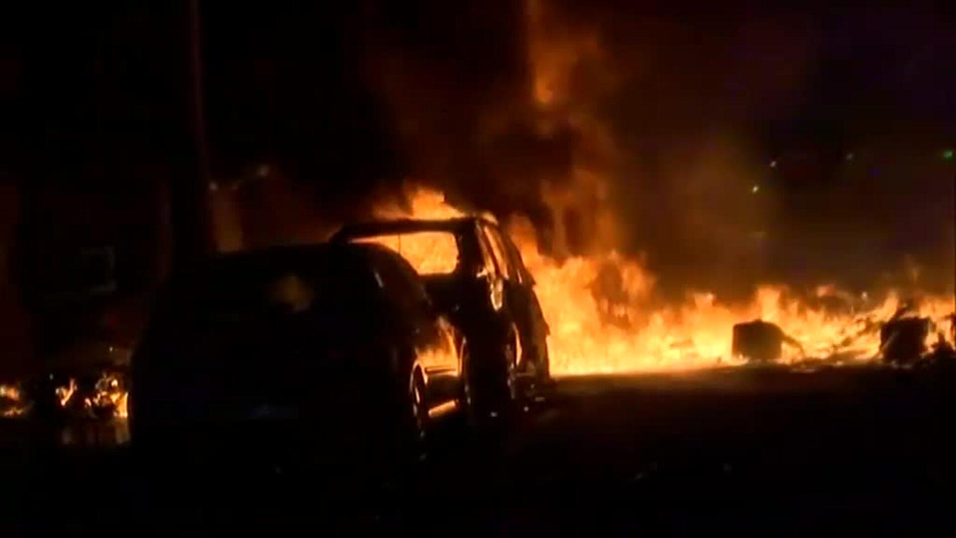 Al menos media docena de coches quemados en los altercados en los alrededores de la Consellería de Interior de Barcelona