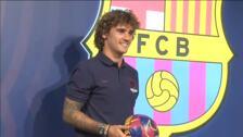Antoine Griezmann posa ante el escudo del Barça