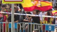 Un grupo de personas con banderas franquistas insultan a Pedro Sánchez