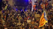 Los manifestantes hacen cadenas humanas en Barcelona para aislar a los violentos