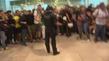Mossos cargan contra concentrados en El Prat