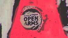 El artista urbano Tvboy pinta a Camps de Open Arms como un santo en la Barceloneta