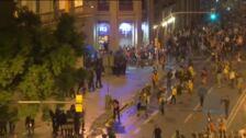 Máxima tensión frente a la Jefatura de la Policía Nacional en Barcelona