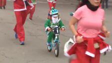 Miles de Papás Noel en la carrera más divertida de la Navidad