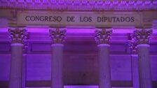 La fachada del Congreso de los Diputados se ilumina de violeta por el 8M