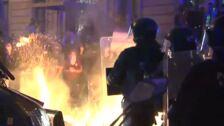 Barricadas de fuego ante el cordón policial en la Delegación del Gobierno en Barcelona