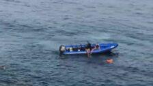 Una cámara capta el momento en el que una lancha deposita a un grupo de inmigrantes cerca de la orilla en Tarifa