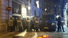 Manifestantes en Barcelona lanzan latas y botellas contra la Policía