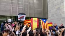 Una concentrada en Girona exhibe una bandera española