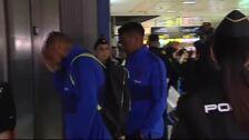 Decenas de aficionados reciben al Barça en el aeropuerto de Valencia