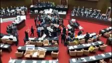 Vuelan tripas de cerdo en el parlamento de Taiwán.