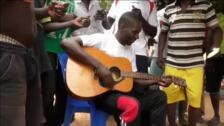 Un preso se convierte en estrella de la música desde su celda en Burkina Faso