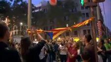 Ultras partidarios de la unidad de España y radicales independentistas se concentran en el mismo punto de Barcelona