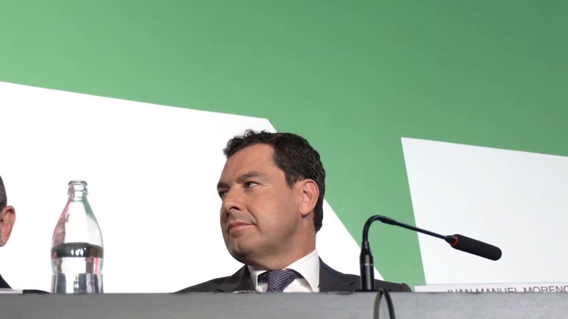 Juanma Moreno incide en la importancia del diálogo social