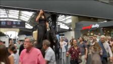 Actores a caballo en plena estación de trenes de París