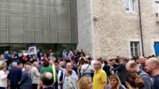 Un millar de concentrados en Girona junto a la alcaldesa ante la Delegación del Govern